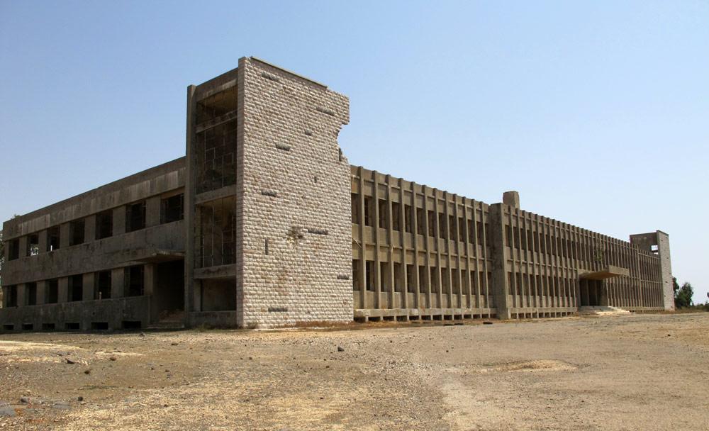 בית החולים הצמוד למפקדה הסורית עדיין מרשים. בצמוד אליו הוקם בסיס המפקדה, ששימש את הצבא הסורי עד מלחמת ששת הימים (כולל) (צילום: מיכאל יעקובסון)