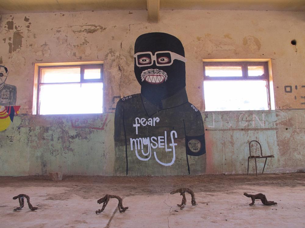 17 אמנים וצלמים, בהם אנשי גרפיטי, באו לכאן בסוף השבוע האחרון כדי להשתתף באירוע ''צבעי בסיס'' ולהציג אמנות רחוב ועבודות צילום ומיצג (צילום: מיכאל יעקובסון)