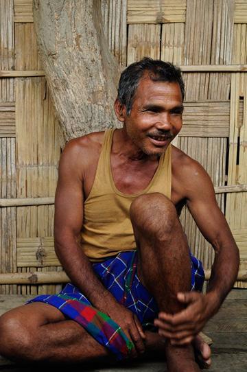 פאיינג בביתו שבנה ביער (צילום: Pramathesh Borkotoky)