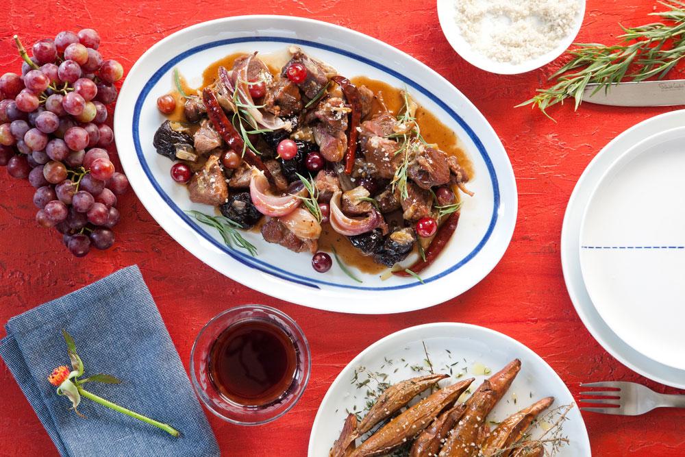 תבשיל כתף טלה עם ענבים ושזיפים מיובשים (צילום: דניאל לילה)