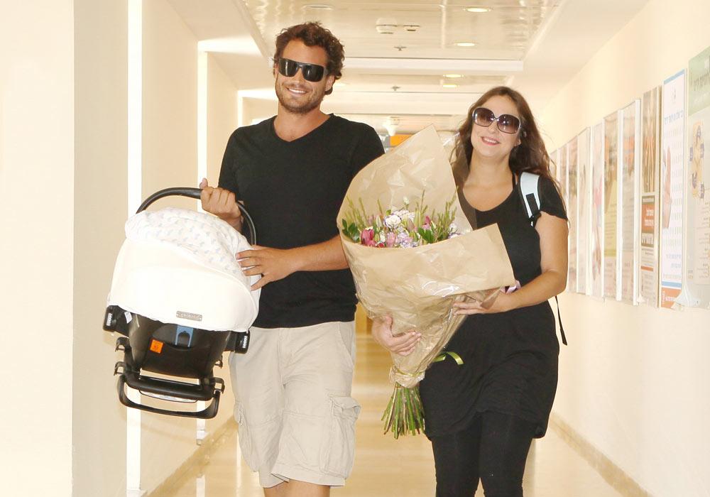 """""""בעריסה שכב תינוק, איש קטן בן 40 ימים"""". קרן, נעם ואורי יוצאים מבית החולים (צילום: ניר פקין)"""