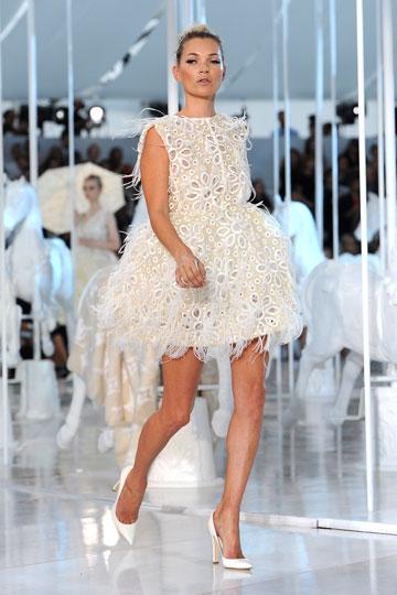 קייט מוס בתצוגת האופנה של לואי ויטון. לא יוצאת מהאופנה (צילום: gettyimages)