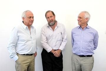 האדריכלים עופר ואמיר קולקר (בצדדים) ורנדי אפשטיין, השותפים במשרד (צילום: אבי ולדמן)