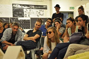 אורן שגיב (משמאל) בזמן הגשות סטודנטים במחלקה. עבד עם אפרת-קובסלקי על מוזיאון ישראל, וכיום מכהן כאוצר הראשי באותו מוזיאון ומלמד במחלקה (צילום: רועי טמיר)
