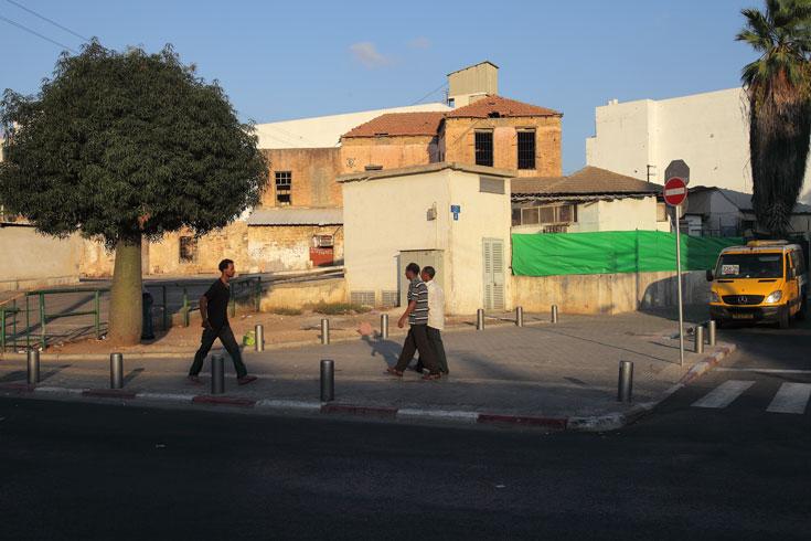 צומת הרחובות פין וארלינגר בתחנה המרכזית הישנה. ''העובדים הזרים יזוזו עם הזמן, כי המקום הולך ומתייקר. זה תהליך טבעי, שקורה בכל עיר מודרנית עם מחסור בקרקע. הקצוות נדחקים יותר ויותר החוצה''  (צילום: אמית הרמן)