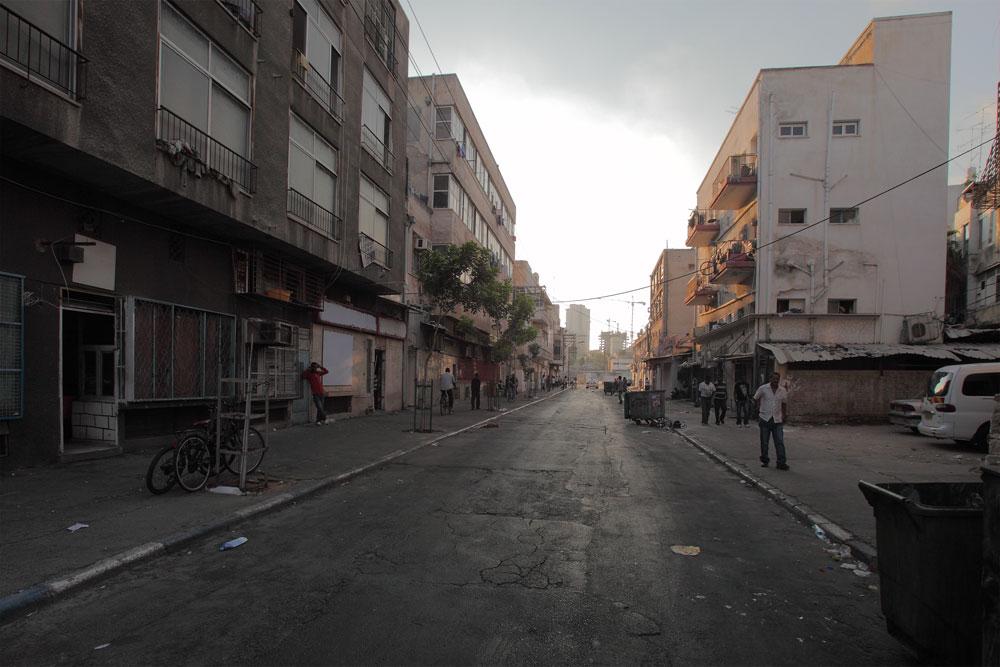 רחוב פין באזור התחנה המרכזית הישנה בתל אביב. זנות, סמים, תשתיות גרועות ואוכלוסיית שוליים (צילום: אמית הרמן)