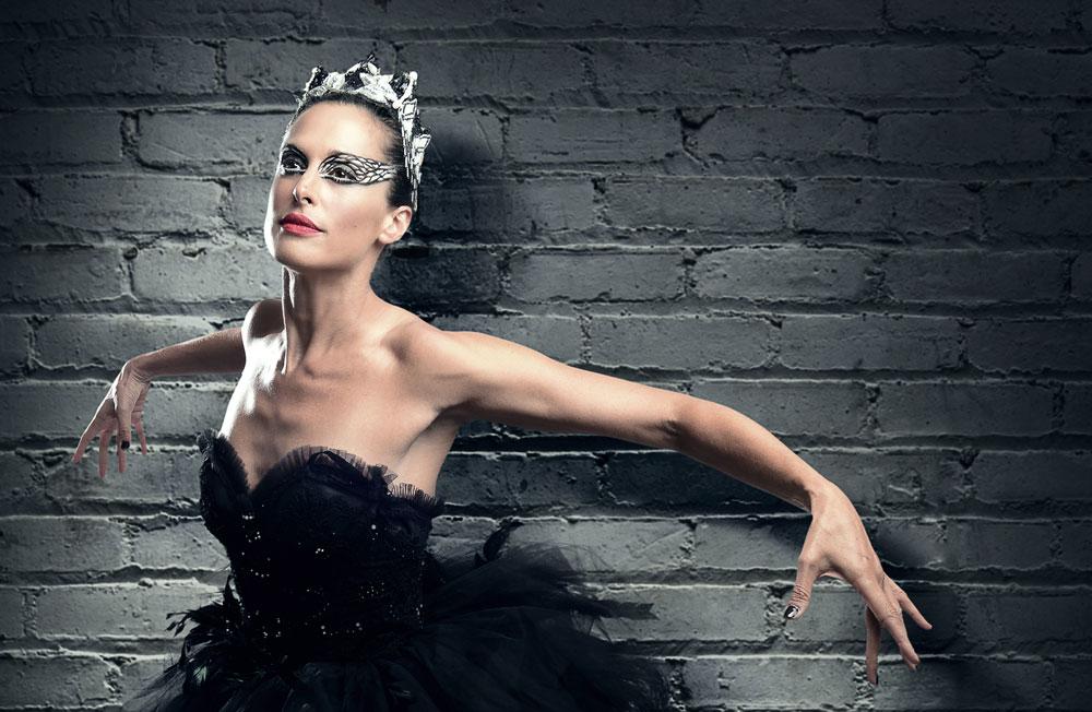 """מעריצה רקדנים. ענת הראל במחווה ל""""ברבור שחור"""" (צילום: רונן אקרמן)"""
