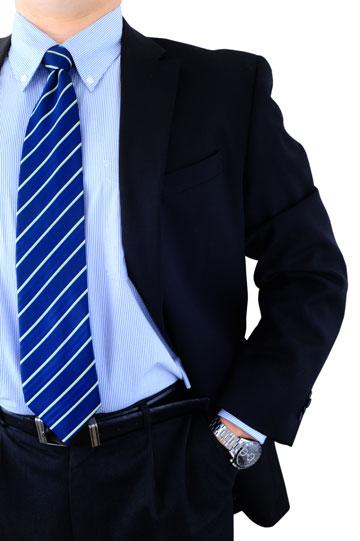 חליפה, עניבה תואמת וחגורה שחורה (צילום: shutterstock)