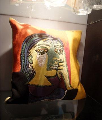 כרית עם הדפס של פיקאסו. טקסטיל איכותי ויקר (צילום: גילי אונגר)