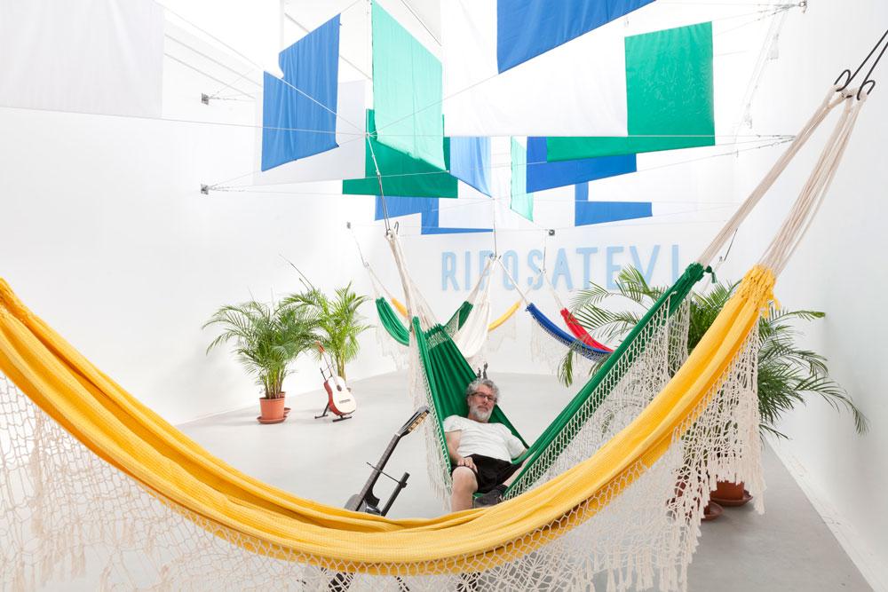הצבעוניות הברזילאית: ערסלים תלויים וגיטרה מזמינים את המבקרים לנוח (צילום: patricia parinejad)