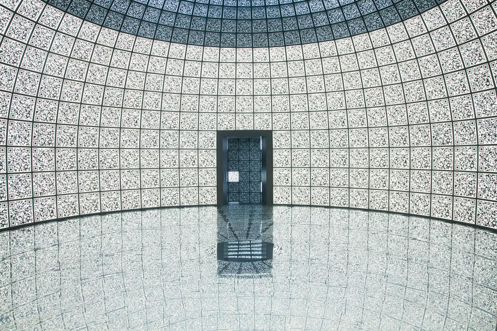 התערוכה iCity מציגה את ''עמק הסיליקון'' העתידי של רוסיה, סקולקובו, בצורה אינטראקטיבית. קירות האולמות, הרצפה והתקרה מחופים בפאנלים עם הדפסים של קודים דיגיטליים, שאותם ניתן לסרוק באמצעות אייפדים המחולקים בכניסה (צילום: patricia parinejad)