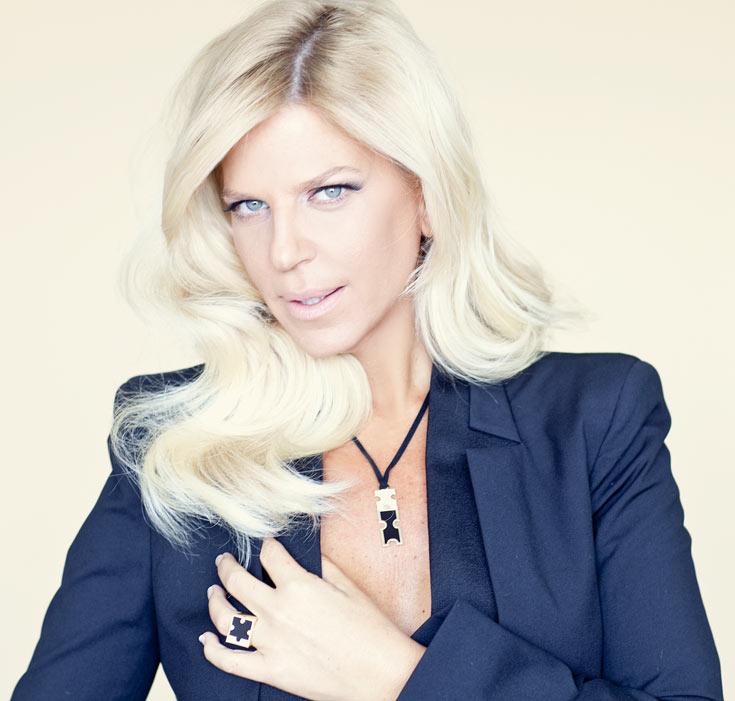 סנדרה רינגלר מדגמנת את קולקציית התכשיטים הראשונה בעיצובה. ''בתור פרסונת אופנה המהלך הזה מתבקש'' (צילום: דודי חסון)