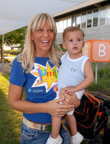 סנדרה רינגלר עם בנה הבכור. ''ויתרתי בעיקר על חולצות בטן, כי פעם היו לי ריבועים בבטן והיום לא''  (צילום: יגל בר קמא)