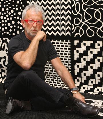 גדעון אוברזון בשיתוף פעולה עם שטיחי כרמל. ''אני לא עוסק בטרנדים בכלל. טרנד זה משהו שכבר קיים. אני מעצב דברים חדשניים'' (צילום: יוני רייף )
