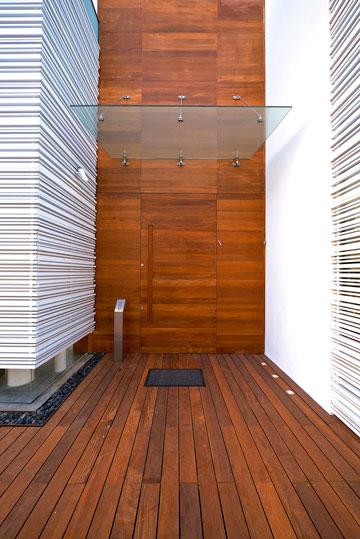 דלת הכניסה מתנשאת לגובה ארבעה מטרים וחצי (צילום: איתי סיקולסקי)