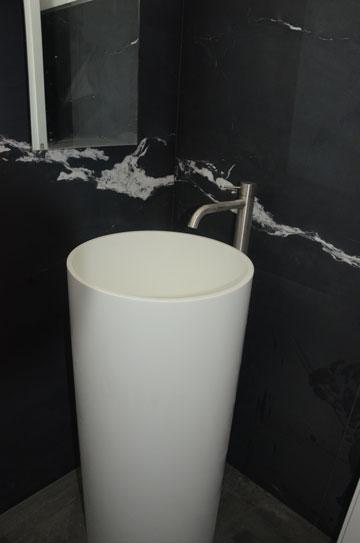 בשירותי האורחים חופה הקיר שיש שחור עם גיד לבן (באדיבות גל מרום אדריכלים)