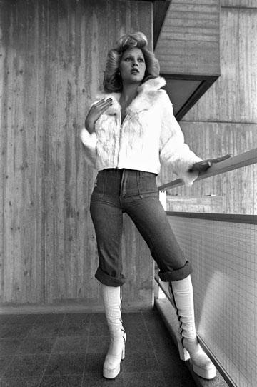 פנינה רוזנבלום במיטב אופנת הסבנטיז. מגמות אופנה עולמיות נוטות לחלחל לתודעה המקומית באיחור ניכר (צילום: gettyimages)