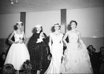 בכל זאת היה כאן משהו: תצוגת אופנה בתל אביב בשנת 1953 (צילום: דוד רובינגר)