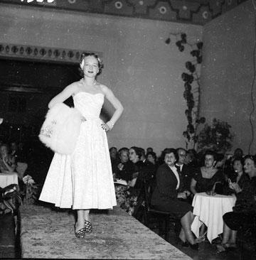 תצוגת אופנה במלון קינג דיוויד בירושלים בשנת 1953. עד לפני שני עשורים נחשבה הפגנת עושר בארצנו לטעם רע (צילום: דוד רובינגר)