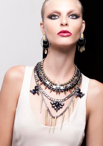 ניטים על התכשיטים של סאגא בעיצוב שרית רביבו (צילום: תם מרשק)