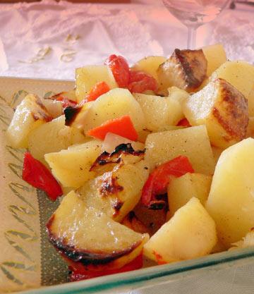 תפוחי אדמה ופלפלים אדומים בתנור (צילום: מרילין איילון)
