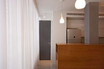 משני צדי המטבח - דלתות שמובילות לחדרי הבנים (צילום: גידי בועז)