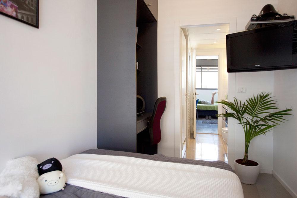 כל אחד מהבנים קיבל חדר קטן אך פרטי, והם חולקים חדר רחצה צמוד. למטה: תוכניות הדירה, ''לפני'' (באדום) ו''אחרי'' (בכחול) (צילום: גידי בועז)