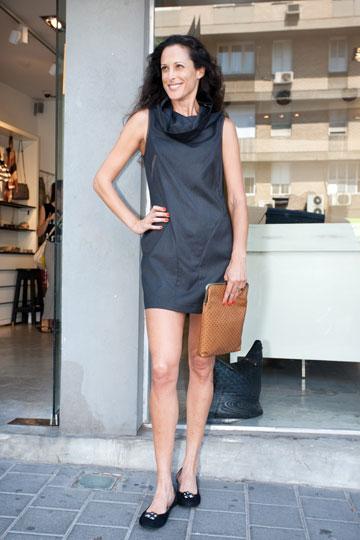 חושפת רגליים, אך שומרת על מראה אלגנטי. ענת הראל בשמלה של מאיה נגרי (צלום: ענבל מרמרי)