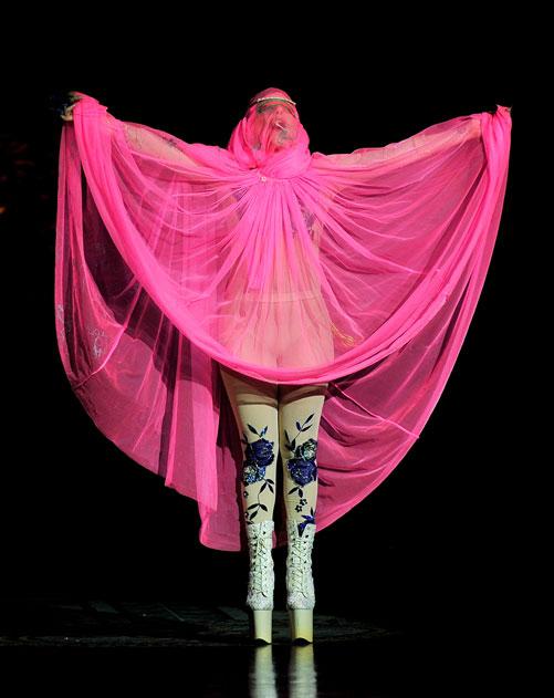 ליידי גאגא בתצוגת אביב-קיץ 2013 של פיליפ טרייסי (צילום: gettyimages)