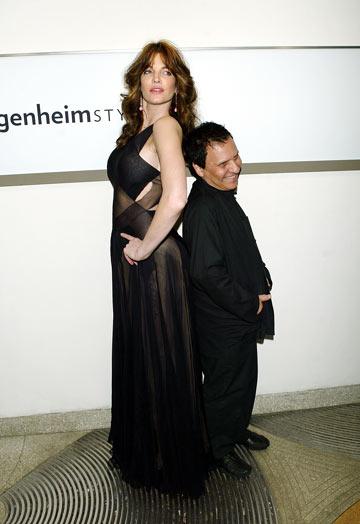 סטפני סימור עם מעצב האופנה אזאדין אלאייה (צילום: gettyimages)
