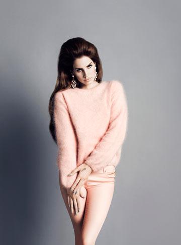 לנה דל ריי במראה של ילדה טובה ל-H&M. על עטיפת אלבומה היא שוכבת פרקדן, כשיד גברית ומקועקעת לופתת את צווארה (צילום: איוון ון לאמסווירד ווינוד מטאדין)