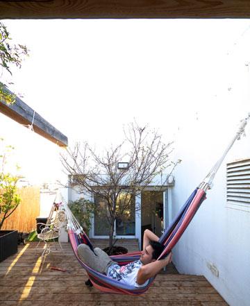 אלון ליבנה על הערסל בגג ביתו (צילום: איתי סיקולסקי )