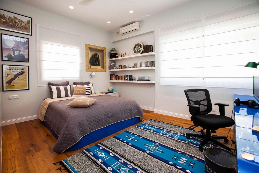 חדרו של הבן הסטודנט הוגדל, ומול המיטה נבנה שולחן עבודה ארוך (צילום: שירן כרמל)