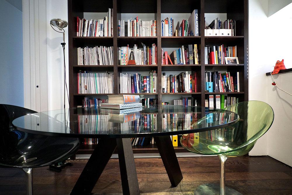מדפי הספרים והמגזינים של אלון ליבנה וגיל איילון (צילום: איתי סיקולסקי )