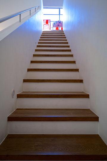 המדרגות לחצי הקומה הנוספת (צילום: איתי סיקולסקי)