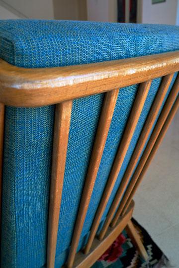''למעט ספה אחת חדשה, כל שאר הרהיטים הם פריטים ישנים שאני מלקטת בשוק הפשפשים ומרפדת מחדש'' (צילום: איתי סיקולסקי)