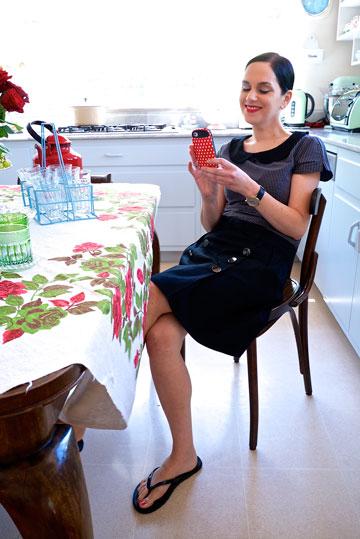 נעמה בצלאל. בבית היא מעדיפה ללבוש מכנסי טרנינג וטי שירט  (צילום: איתי סיקולסקי)