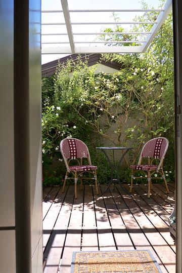 היציאה לגינה בבית הפרטי ברמת אפעל (צילום: איתי סיקולסקי)