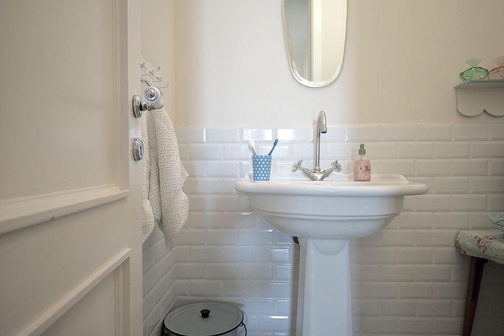 ''אני מאוד מחוברת לנוסטלגיה, לכן הדלתות של החדרים, עיצוב האמבטיות, גופי התאורה והריהוט מתכתבים עם התקופות שאני אוהבת'' (צילום: איתי סיקולסקי)