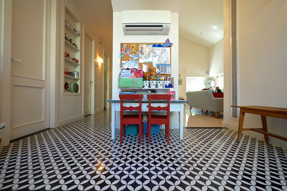 בצלאל עיצבה את הבית יחד עם האדריכליות לימור רוזנר מוג'ה וגילת בלום, האמונות גם על עיצוב החנויות שלה (צילום: איתי סיקולסקי)