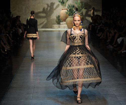 דולצ'ה אנד גבאנה. שמלת קרינולינה בהשראת סלסלה סיציליאנית (צילום: gettyimages)