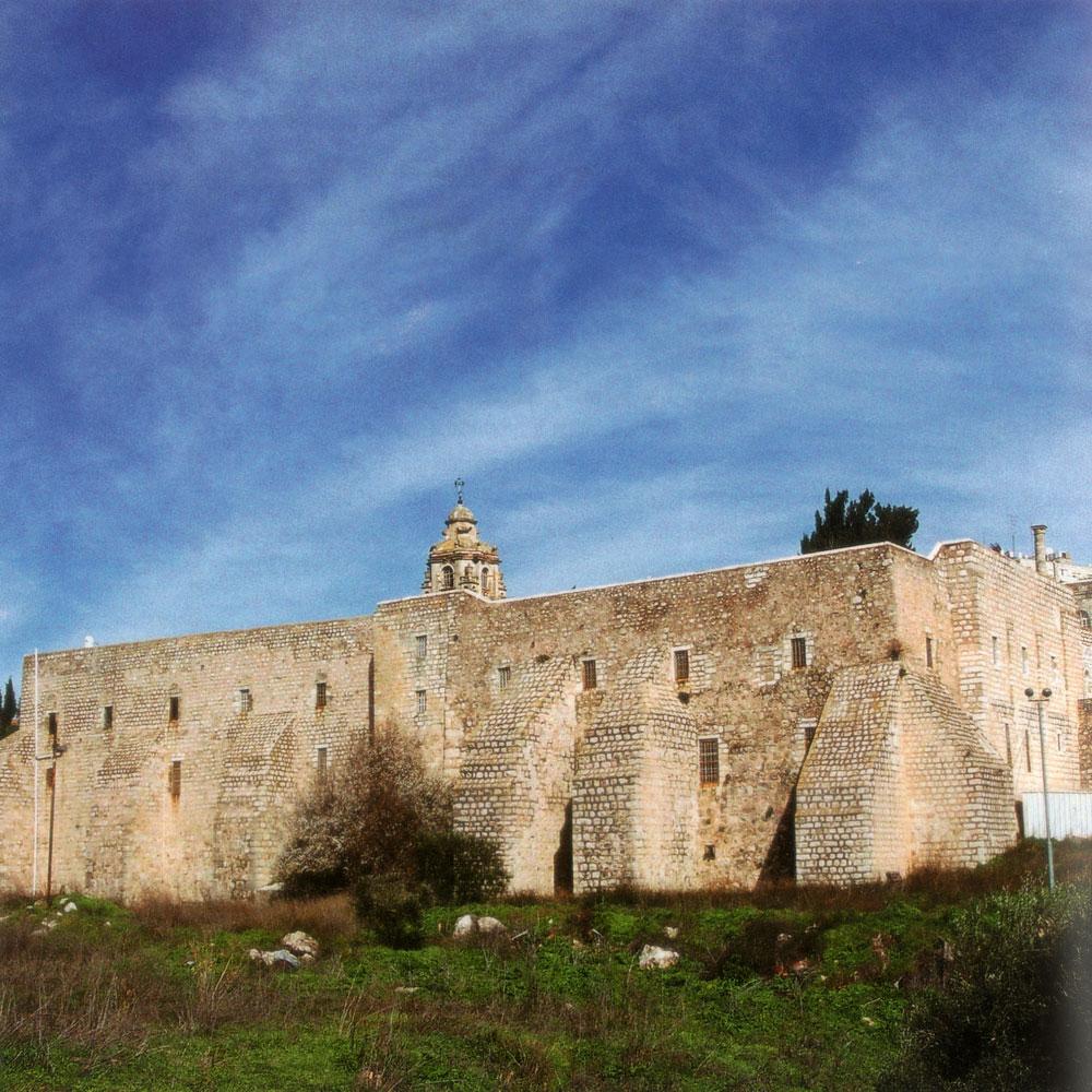 מאיר שלו הפליא לתאר את מנזר המצלבה בספרו ''עשו'': ''העתיק והגדול שבמנזרי הארץ כולה. אצל חומתו נבנו תמוכות אדירות של אבן....'' (צילום: עידית שכטר-פייל)