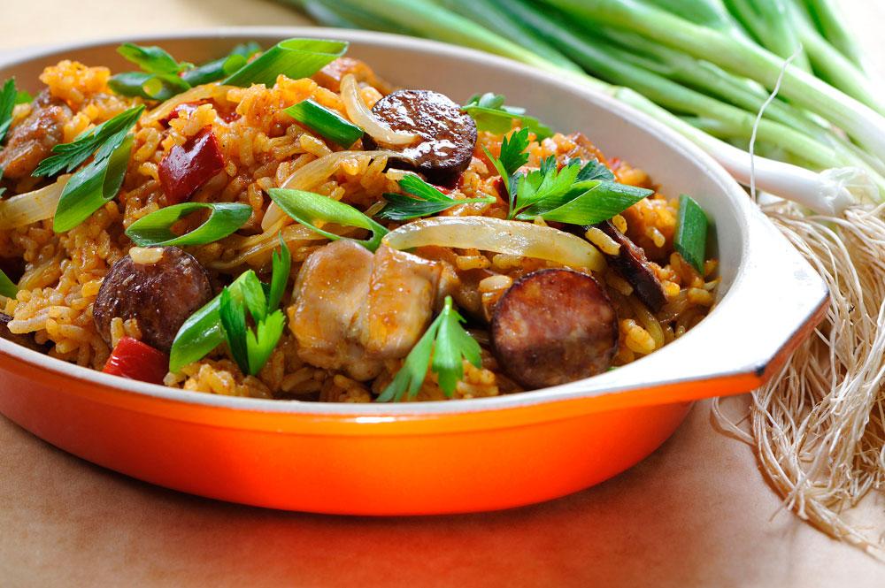 """ארוחה שלמה בסיר אחד. """"פאייה"""" עוף עם פלפלים ונקניק  (צילום: דודו אזולאי)"""