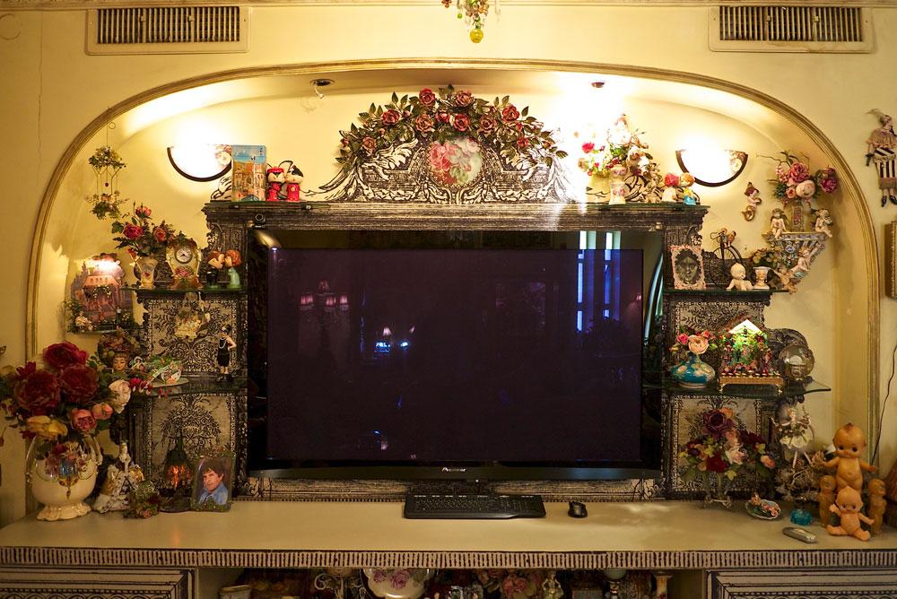 מסך המחשב מסתתר בין פריטים בעיצוב תקופתי (צילום: איתי סיקולסקי)