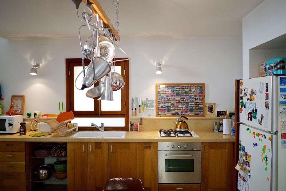 המטבח בביתה של אליאן סטולרו. ''היה לי חשוב ליצור בית רגוע'' (צילום: איתי סיקולסקי)