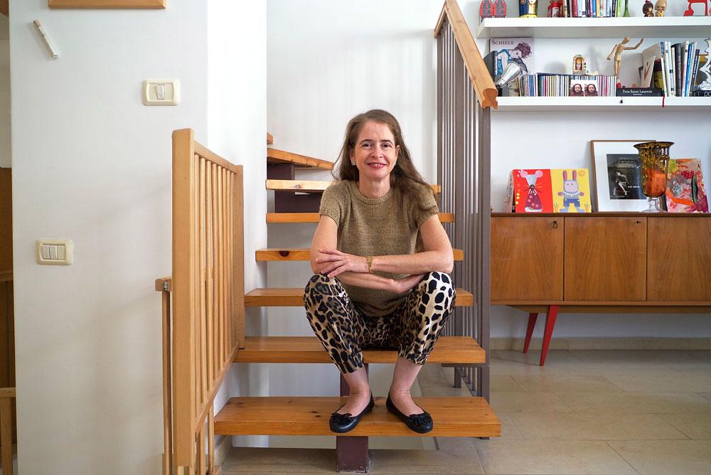 אליאן סטולרו בביתה. ''רכשתי את הדירה כיוון שמאוד אהבתי את החלוקה שלה'' (צילום: איתי סיקולסקי)