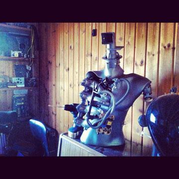 הרובוט מקבל חיים (צילום: עומר בן דוד ושרון לנגר)