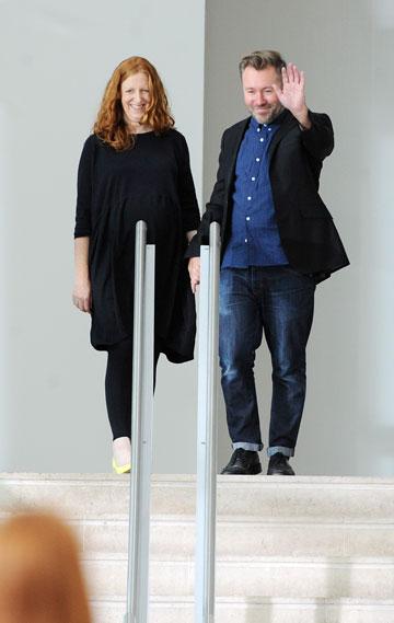 המעצבים ג'סטין תורנטון ותיאה ברגזי בסיום התצוגה של פרין (צילום: gettyimages)