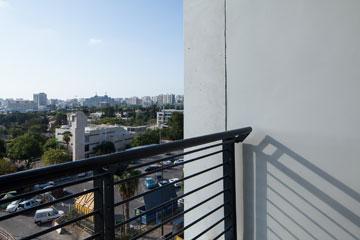 נוף לרמת אביב. כך נראית המרפסת באחת הדירות (צילום: טל ניסים)