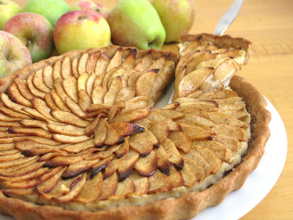 מתיקות מתונה. טארט תפוחים טבעוני בקרם שקדים (צילום: גלי לופו אלטרץ )